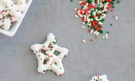 10 minute Christmas Chocolate Dipped Pretzels