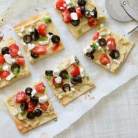Gluten Free Greek Flatbread. Sick of boring salads and sandwiches for lunch? This gluten free recipe is just what you are looking for. Delicious , easy and a great summer lunch!