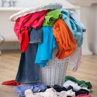 FREE Laundry Cheat Sheet! (Perfect for teaching kids how to do laundry!!)